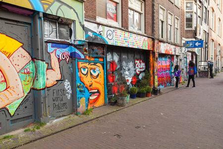 AMSTERDAM, NEDERLAND - 19 maart 2014 Straat met kleurrijke graffiti op gevels