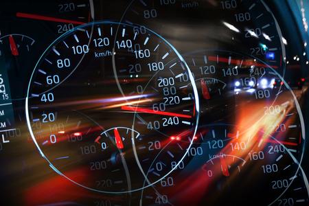 Abstracte nacht racen illustratie met vage lichten en snelheidsmeters Stockfoto