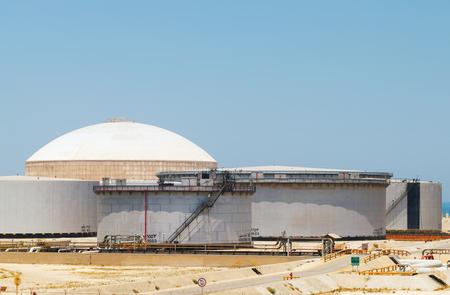 nafta: Group of big fuel tanks  Ras Tanura oil terminal, Saudi Arabia