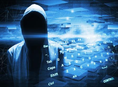 hacking: Hacker in un cappuccio scuro su sfondo blu digitale Archivio Fotografico