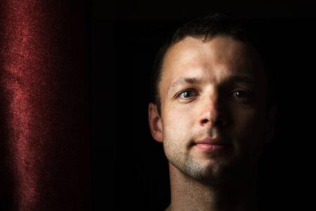 modelos negras: Hombre caucásico joven cerca retrato con cortina Foto de archivo