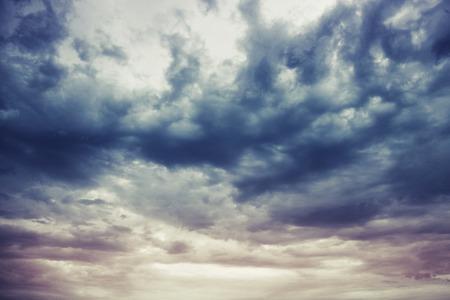 暗く青い嵐曇り空自然写真の背景 写真素材