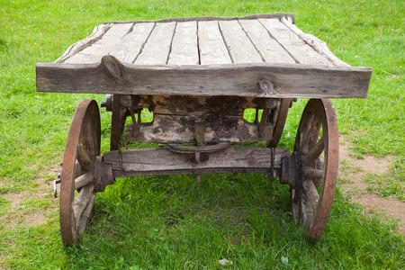 carreta madera: Vac�o viejo vag�n de madera rural se encuentra en la hierba verde de verano
