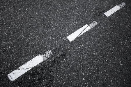 scheidingslijnen: Zwarte asfaltweg achtergrond met gestreepte scheidslijn markering lijn