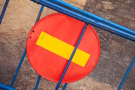 rood teken: Ronde rode ondertekenen No Entry op blauwe slagboom