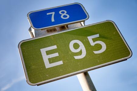 chilometro: Segnale stradale con il numero di chilometri e il nome del percorso