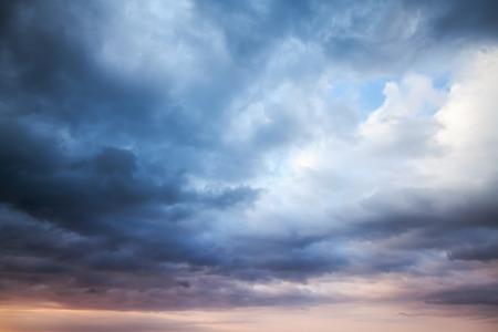 暗く青い嵐の曇り空。自然写真の背景