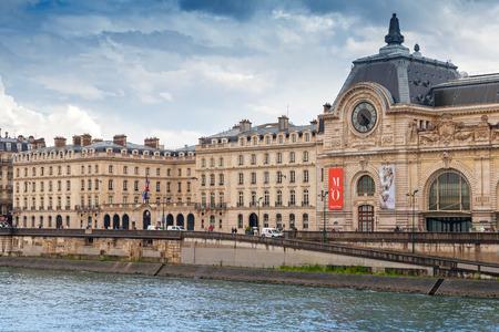 パリ, フランス - 2014 年 8 月 7 日: セーヌ川の眺め、パリ、フランスのオルセー美術館近代美術館のファサード