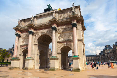 carrousel: Triumphal Arch (de Triomphe du Carrousel) in front of  the Louvre museum. Paris, France