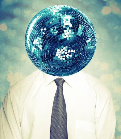 mirror ball: Hombre abstracto del disco con camisa blanca y corbata con bola de espejos como una cabeza. Collage con efecto de filtro de Instagram
