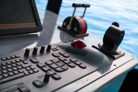 chaloupe: Moderne panneau de commande du navire avec un clavier et d'acc�l�rateur sur le pont des capitaines