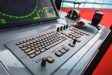Moderne Schiff Bedienfeld mit Radarschirm, Beschleuniger, Trackball und Tastatur
