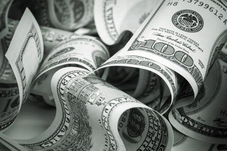 dollaro: Dollari degli Stati Uniti. Pile di centinaia di dollari di banconote. Foto tonica verde con messa a fuoco selettiva