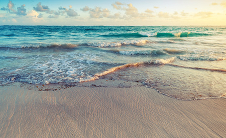 Paisaje colorido de la salida del sol en la costa del océano Atlántico. República Dominicana, Punta Cana. Foto entonada efecto de filtro filtro