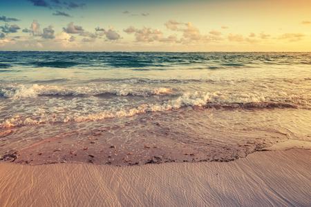 Kleurrijke zonsopgang landschap op de Atlantische oceaan kust. Dominicaanse Republiek, Punta Cana. Getinte foto met filter effect