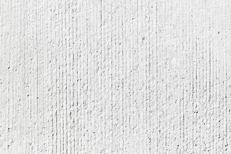 Raue weiße Betonwand Hintergrund Textur mit vertikalen Entlastungsleitungen