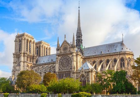 ノートルダム ・ ド ・ パリ大聖堂、フランス。最も人気のある街のランドマーク