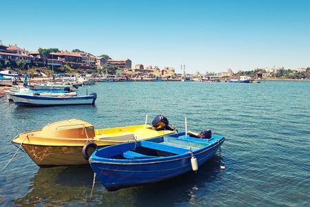 bateau: Les petits bateaux de p�che amarr�s dans la ville de Nessebar, Bulgarie. Vintage photo tonique avec effet de filtre