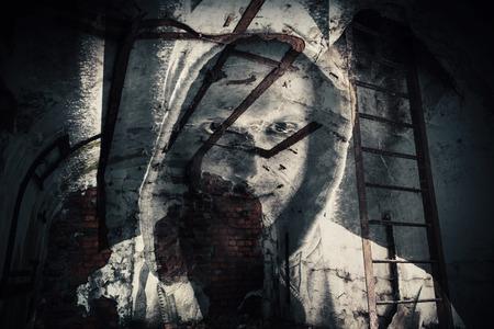 抽象的な白黒ホラー背景、フードで危険な男の幽霊の放棄暗い部屋。ダブル露出の写真の効果