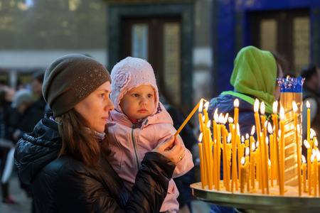 familia cristiana: Madre con la pequeña hija de raza caucásica en la Iglesia Ortodoxa Rusa Foto de archivo
