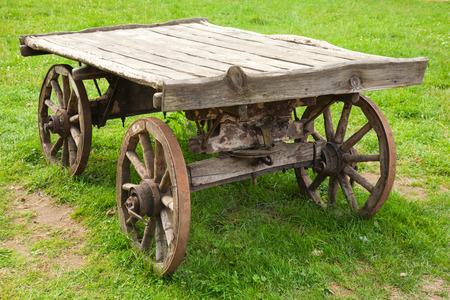 carreta madera: Vac�o viejo vag�n de madera rural se encuentra en la hierba verde