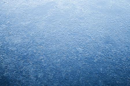suolo: Strato di ghiaccio sottile di acqua di fiume ghiacciato. Blu scuro naturale sfondo trama Archivio Fotografico