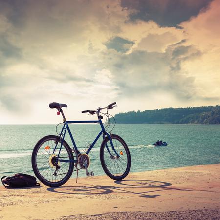 bicicleta: Aparcamientos para bicicletas en el muelle de concreto, costa del Mar Negro, Bulgaria, Varna. Vintage tonificado cuadrado compuesto de fotos con efecto de filtro viejo estilo
