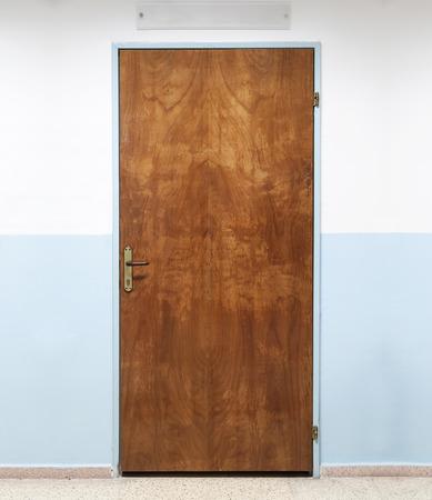 Gesloten oude bruine houten deur van het kantoor, achtergrond fototextuur