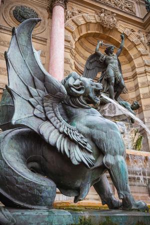 leon con alas: Con alas estatua del le�n, Fontaine Saint-Michel, Par�s, Francia. Popular hito hist�rico arquitect�nico