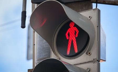 semaforo peatonal: Modernos sem�foros peatonales con se�al de stop de color rojo Foto de archivo