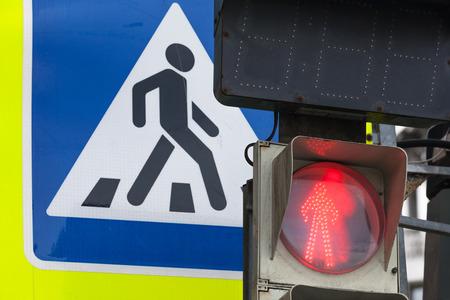 semaforo peatonal: Signo peatonal plaza camino de la travesía Moderno y semáforos rojos