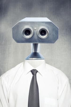 Close-up frontale portret van vintage robot androïde in wit overhemd met klassieke stropdas over grijze achtergrond