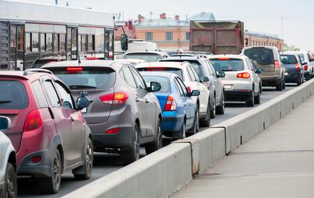 mermelada: Coches en un atasco de tráfico en la gran calle de la ciudad