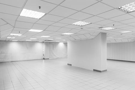 Open space, abstraite intérieur blanc de bureau vide avec les murs, les lumières et la colonne