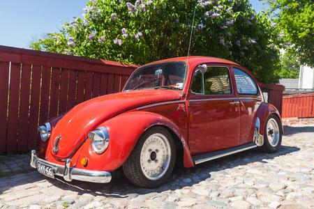 escarabajo: Porvoo, Finlandia - 12 de junio 2015: La última modificación Volkswagen Beetle se encuentra estacionado en la calle de Porvoo