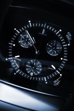 cronografo: Mens de lujo Reloj cronógrafo hechas de cerámica negra de alta tecnología con cristal de zafiro. Primer plano de estudio en tonos azul foto con enfoque selectivo