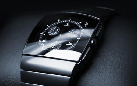 cronógrafo: Reloj para hombre del cronógrafo de lujo hecha de cerámica de alta tecnología negro pone en cuero de fondo. Primer foto de estudio con enfoque selectivo