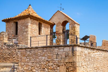 arcos de piedra: Castillo medieval en la ciudad de Calafell, Espa�a. Torre de piedra y campanas en arcos Editorial