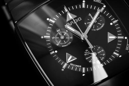 cronografo: San Petersburgo, Rusia - 18 de junio 2015: Rado Sintra Chrono, para hombre reloj cronógrafo hechas de cerámica negra de alta tecnología con cristal de zafiro. Primer estudio fotográfico