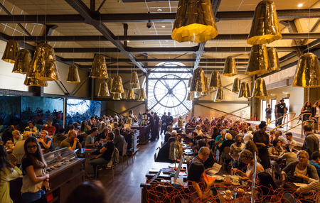 파리, 프랑스 - 2014 년 8 월 10 일 : 오르세 박물관 (Orsay Museum)의 유명한 고 대 시계 창을 갖춘 레스토랑은 방문객과 직원들로 가득합니다. 에디토리얼