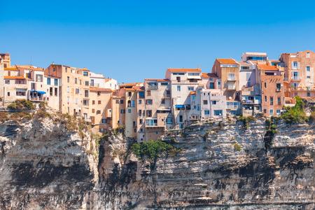 Oude bewoonbare huizen op de klif. Bonifacio, het eiland van Corsica, Frankrijk Stockfoto