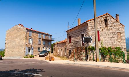 puertas de madera: Figari, Córcega del Sur. Casas viejas rurar de piedras con techos de tejas rojas, puertas de madera y ventanas Foto de archivo