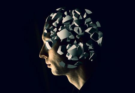 mente humana: Cyborg retrato del perfil con fragmentos de explosión del cerebro en el fondo negro Foto de archivo
