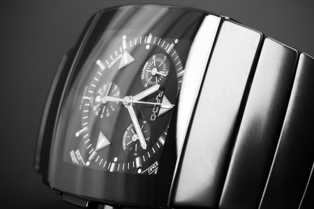 cronógrafo: San Petersburgo, Rusia - 18 de junio 2015: Rado Sintra Chrono, para hombre reloj cronógrafo hechas de cerámica de alta tecnología negro. Cierre de estudio fotográfico con enfoque selectivo