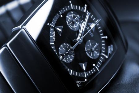cronografo: San Petersburgo, Rusia - 18 de junio 2015: Rado Sintra Chrono, para hombre reloj cronógrafo hechas de cerámica negra de alta tecnología con cristal de zafiro. Foto del primer estudio con artística filtro de tonos azul