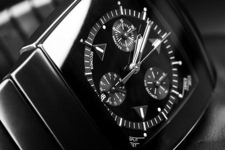 cronógrafo: para hombre reloj cronógrafo de lujo de color negro con cerámica de alta tecnología. Foto del primer estudio con enfoque selectivo