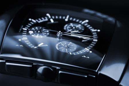 cronógrafo: Mens de lujo Reloj cronógrafo hechas de cerámica negra de alta tecnología con cristal de zafiro. Primer plano de estudio en tonos azul foto con enfoque selectivo