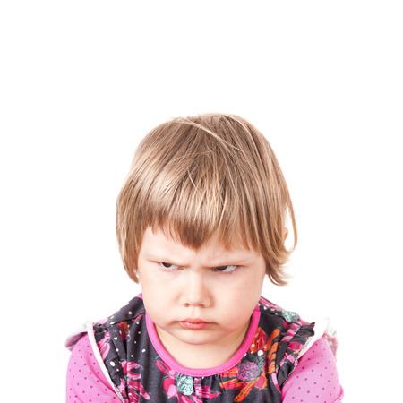 かわいい白人金髪の赤ちゃん女の子怒っているしかめ、白い背景で隔離のスタジオ ポートレート