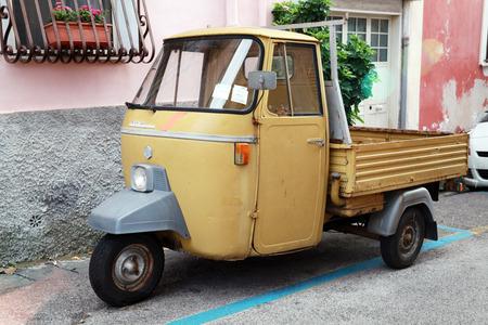 Gaeta, Italie - le 21 Août, 2015: P 501 Ape Car est un véhicule utilitaire à trois roues lumière produite depuis 1948 par Piaggio Banque d'images - 44457463