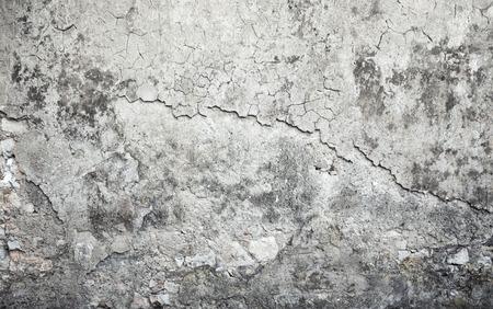 fissure: Ancien résisté mur de béton avec des dommages et de fissures sur le stuc gris, texture de fond